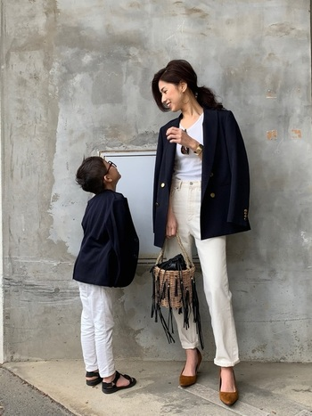 大人のデニムはカジュアル感を出しすぎないのがポイント。ダブルの紺ブレにパンプスでエレガントに着こなして。