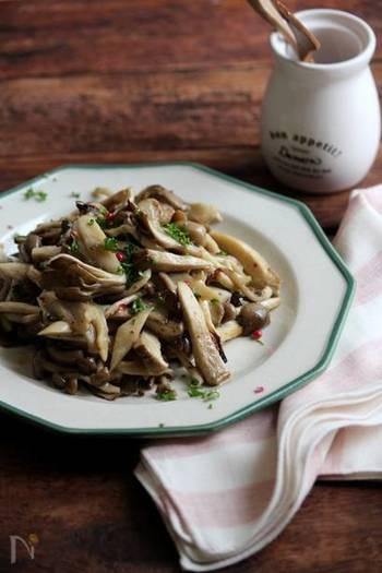ハニーマスタードは野菜とも好相性!焼ききのこの旨味や風味が引き立つマリネになります。トースターでローストするのでお手軽。サラダやパスタにも使えるので、多めに作り置きしておきたいですね。