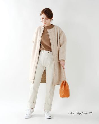ベージュのデニムパンツはどこか優しい印象。いろいろなアイテムと合わせやすいので、着こなしやすい。これなら真っ白のパンツよりハードルが下がりますね。
