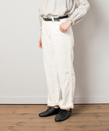 珍しいリネン100%のデニム。岡山県産です。ストレートのシルエットに、シンプルな5ポケットのディテールとなっています。