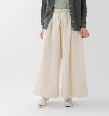 一見スカートにも見えるワイドなシルエット。パンツスタイルが苦手な方も抵抗なく履けそうですね。デニムといってもやわらかな素材なので、軽やかな履き心地です。