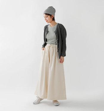 長めの丈で、スカート感覚で気楽に履けるのが魅力。ウエストはたっぷりギャザーが入ったゴムなので、リラックスタイムにもぴったりです。