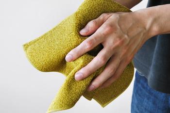 外出先の洗面所に設置されている紙タオルや温風機。それらの使用を控えてハンカチを使うようにすれば、かなりのエネルギーや資源を節約できます。