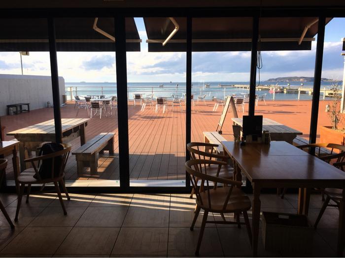 渚の駅たてやまにある「館山なぎさ食堂」は、海が一望できる気持ちの良いカフェ。テラス席もたくさんあるので、穏やかな潮風に吹かれてカフェタイムを過ごすのもステキ。