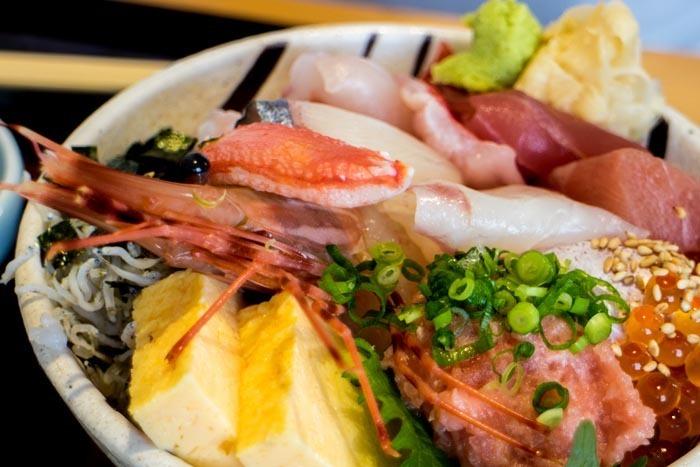 海鮮丼も、系列の網元から朝獲れした地魚がたっぷり。その日の仕入れによってお刺身が変わるのも楽しみのひとつ。おしゃれなカフェでいただく和食も意外性があって良いですよね。1階には「海のマルシェたてやま」という直売所もあるので、お買い物の途中に立ち寄るのもおすすめです。