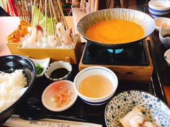 「絶景レストラン うずの丘」では海鮮をいただくのがおすすめです。こちらはなんと「うにしゃぶ」。生うにを使ったスープに、新鮮な魚介類をしゃぶしゃぶでいただく贅沢な逸品。最後にご飯を入れて雑炊にしたものも、とても美味しいのだそう。数量限定ですので、食べたい方はお早めに!