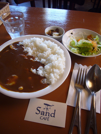 ランチタイムなら、千倉名物の「サザエカレー」がおすすめ。 サザエの肝が隠し味に入っているそうで、辛さんの中に感じるほろ苦さが大人好み。コリコリした食感も楽しめますよ。