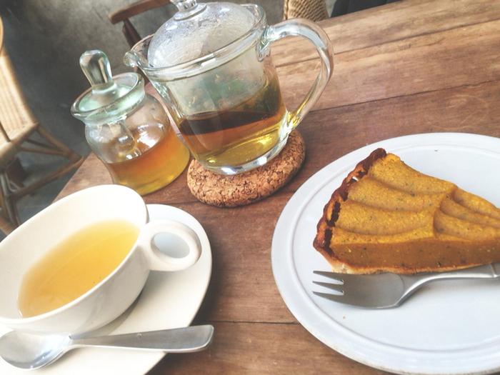 タルトやキッシュ、パスタなど、メニューも充実しているのでランチにもおすすめ。ついつい長居したくなるカフェは、お料理のおいしさも居心地も格別です。