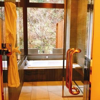 川に面した部屋が多く、木々に包まれる気分でお風呂に入るのも素敵。広々とした大浴場と露天風呂もあります。