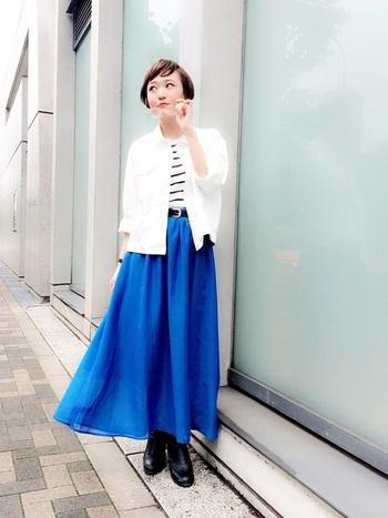 生地をふんだんに使ったフレアスカートも、ブルーなら甘さ控えめ。小物はブラックで統一し、コーディネートの輪郭をくっきりと。