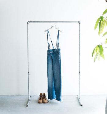この春は、サスペンダーのついたスカート&パンツが目白押し。トレンドの中心にあったワイドパンツやロングスカートも、サスペンダーつきに進化しています。  「サスペンダー」と聞くと少し子供っぽいイメージがわいてしまうかも知れませんが、今季のアイテムは全く別。大人でも挑戦しやすいような、シンプルなデザインと落ち着いたカラーリングが豊富です。  今回は、そんな注目のサスペンダーつきボトムを、人気のブランドから4つご紹介します!