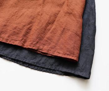 色展開は、春コーデにもスッと馴染む明るいオレンジブラウンと、深みのあるスミクロ。どちらも合わせやすい色なので、迷ったら両色ともゲットしておいても。