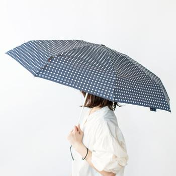 コンビニの安価なビニール傘をよく買ってしまうという方におすすめしたいのは、ドイツのブランド【Knirps】(クニルプス)の折りたたみ傘。世界で初めて折りたたみ傘を開発した老舗ブランドで、軽量&丈夫さに優れているんです。
