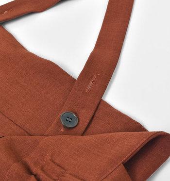 シックシンタイプのポリエステル糸を織り込むことで、スムースな肌ざわりと独特な色の濃淡を実現。サスペンダーを取り外せば、シンプルなパンツとしても着られます。