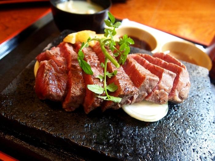 看板メニューは「石焼ステーキ」。適度に脂を落としながらも、やわらかさと甘みをたっぷり味わえるステーキは、淡路島へ行ったらぜひ食べてみてほしい逸品です。