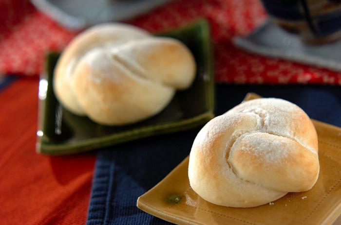 ご飯と甘酒を使った甘酒パン。何もつけなくても程よい甘みがあり、そのまま美味しく食べることができちゃいます。ご飯を潰して生地に練り込むことで、パン作りになれていない人でも、もちもち食感のパンを作ることができるとのことです。