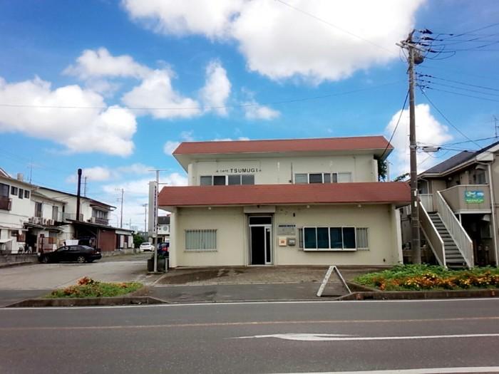 渚の駅たてやまの向かいにある「TSUMUGI(ツムギ)」は、おしゃれ女子に注目されている隠れ家カフェ。お店は古いビルの階段を上がった2階にありますよ。