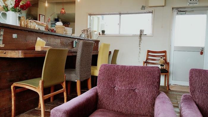 18席のこじんまりとした店内には、色や形が異なるさまざまなテーブルや椅子が置かれています。不思議と統一感があり、オーナーのセンスの良さが光ります。