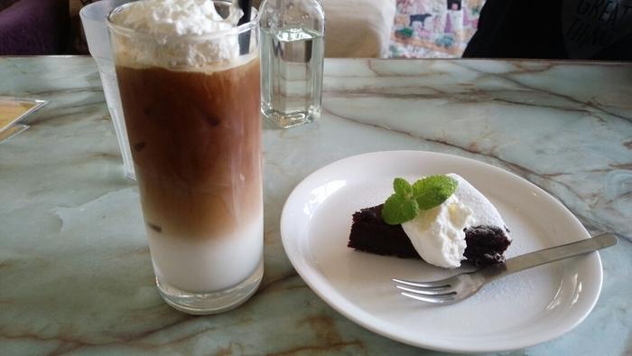 アイスカフェラテとケーキをいただきながら、のんびり読書…というのも良いですね。一人でも友達同士でも、ゆったり過ごせるのが魅力です。南房総を訪れたら必ず寄るというファンがいるのも納得のカフェです。