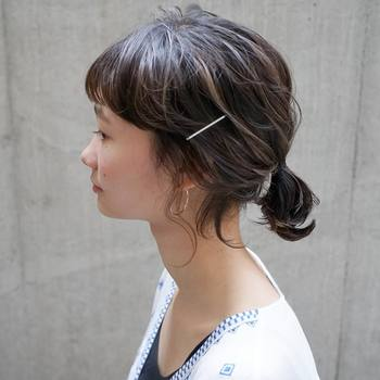 運動後の髪は、低い位置であえてラフにひとつ結び。サイドをピンで留めれば、ボサボサの髪もすっきりおしゃれにまとまります。
