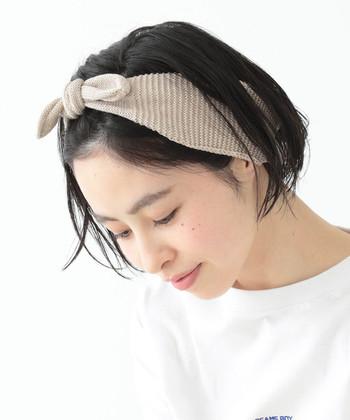 運動後の髪にさっと付けるだけで、おしゃれに決まるヘアバンド。かさばらないので、シンプルなデザインのものをバッグの中に忍ばせておけば、ジム後の急なお出掛けにも対応できます。
