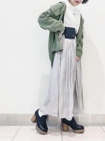 カジュアルめのカーキシャツも、プリーツスカートと合わせて女性らしく。春っぽい淡い色を持ってくれば、ヒールと合わせて上品さも兼ね備えられます。