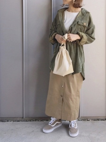 コーデュロイのカーキシャツと、ベージュのロングスカートで全体的に重くなりすぎない色合いに。足元をスニーカーにすれば、気取らないコーデに早変わり♪