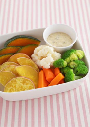 野菜をたっぷり食べたいなら、温野菜のディップにしても。マヨネーズやヨーグルトと一緒に合わせるだけで、酸味がクセになるディップになりますよ。