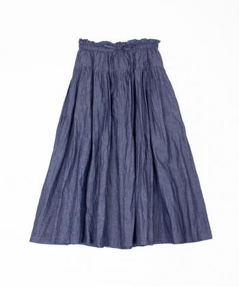 ウエストと腰の少し上のあたりにギャザーを入れたデザインは裾が広がりすぎず優しくボディラインを包んでくれるので腰張りさんでもスッキリ着こなせます。まさに大人が似合うコットンリネン和紙のロングスカートです。