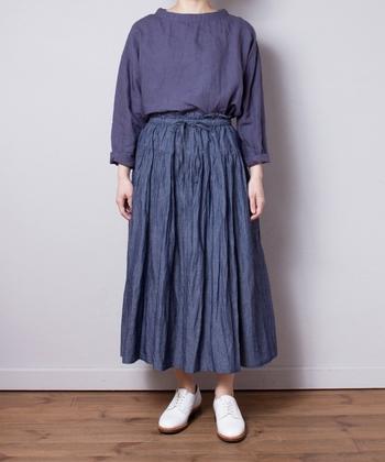 甘くなりがちなギャザーのロングスカートがここまでクールに見えるのは、岡山デニム工場で作られたコットン、リネン、和紙の別注素材がなせる技。同系色でクールに着こなしたいアイテムです。
