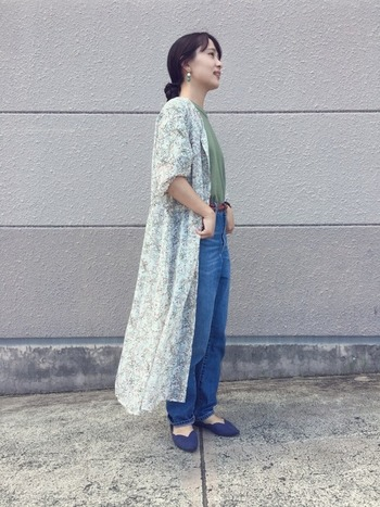 こちらは、メンズのカーキTシャツを着用。花柄の前開きワンピースを上から羽織れば、パンツスタイルでも女性らしい印象に。