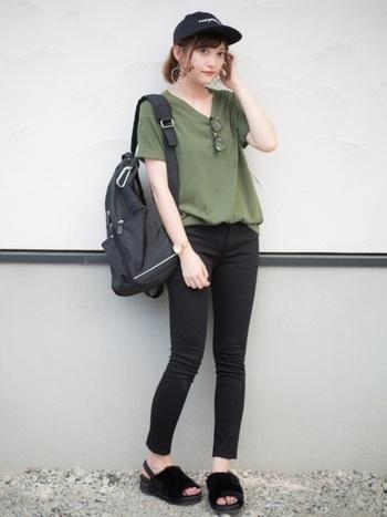 カーキTシャツと黒スキニーのシンプルなコーディネートでも、小物遣いでボーイッシュになりすぎないスタイルが可能です。胸元にメガネをかけ、鎖骨を見せて華奢な印象に。足元はファーサンダルで、トレンドも意識されていますね!