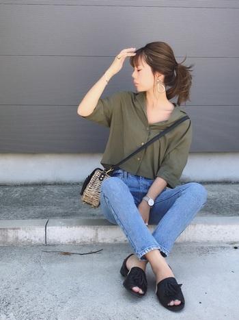 開襟シャツが、カジュアルの中にも女性さを引き立たせるコーディネート。足元を黒のサンダルにすることでキレイめも取り入れた大人ファッションです。