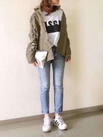 ロゴTとジーンズというメンズライクなコーディネートですが、くるぶし丈のデニムと淡い色合いが、今風なスタイルになっています。手持ちの光沢あるバッグのおかげでスタイリッシュにまとまっているのがいいですね。