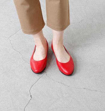 履くと、親指付け根までしっかりカバーされ、パンプスのようなかっちりとした佇まい。脱げにくいのも◎。