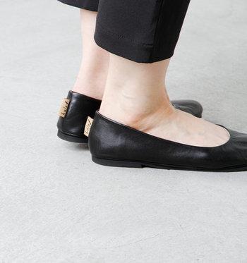 素足のような歩きやすさの秘密は、0.8センチのローヒール。