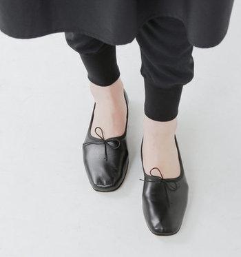 履くと甲がすっぽり収まるので、とても足に馴染んで歩きやすいです。フロントにちょこんとあしらわれた紐リボンがアクセントに。