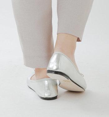 とても柔らかな牛革のソールのおかげで、歩きやすいのが嬉しいポイント。シルバーの黒くカラーリングされたソールは、足のラインを美しくシャープに魅せてくれますね。