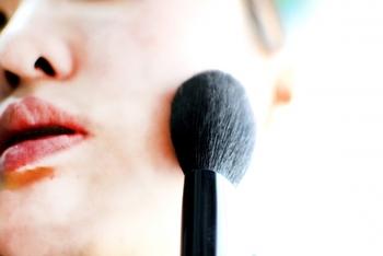 丸いブラシの場合ブラシの毛先1cmほどの部分を使い、顔の中心から外側に向かってまんべんなく塗るようにします。