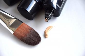 リキッドやクリームファンデーションに使うブラシは、油分を含んだファンデーションを扱うため、こまめなお手入れが必要になってきます。 そのため天然の毛を使ったブラシよりもコシのある人工毛を使ったブラシの方が塗りやすさだけでなく、お手入れでの耐久性も優れているのでおすすめです。 また平たいブラシを使うことが多いようです。