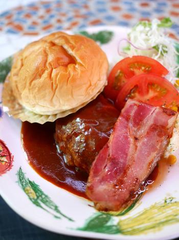 週末はランチコースが用意されています。こちらは「ハンバーグとベーコンのコース」です。ハンバーグはふわふわで柔らかく美味しいと大人気!ふかふかのパンは、デミグラスソースをつけて召し上がれ♪