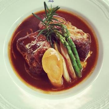 豚骨のシチューは、特製デミグラスソースでじっくりと煮込んだ豚肉はトロトロ柔らか。パンorライス、ハーフサラダ、スープ、ドリンク付きです。