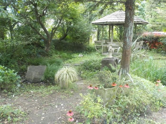 まるでピーターラビットが住んでいそうなお庭には、東屋や小川もあり季節の花々を楽しめます。日常からしばし解放されて、ゆったり癒されましょう。