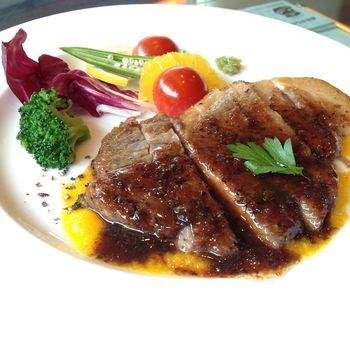 ちょっと贅沢に楽しみたいなら「鹿児島県産黒毛和牛ステーキ」がおすすめ。やわらかなお肉とソースが絶品で、カラフルな野菜が彩りを添えています。