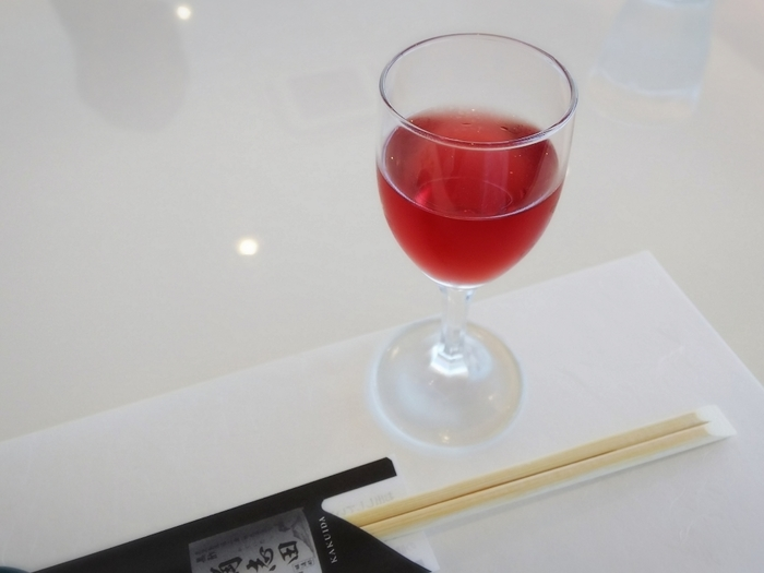"""ランチは食前酒ではなく""""食前酢""""から始まります。ちなみにこちらは、甘酸っぱくてフルーティーなブルーベリーのフルーツ黒酢です。"""