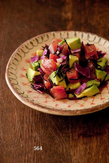 グラタン、アヒージョとともに食卓に登場させたいのが、漬けにしたマグロとアボカド、紫キャベツ、そして旬のヒジキをオリーブオイルで和えたポキのようなサラダをチョイス。彩りもよく華やかなテーブルになりますよ。