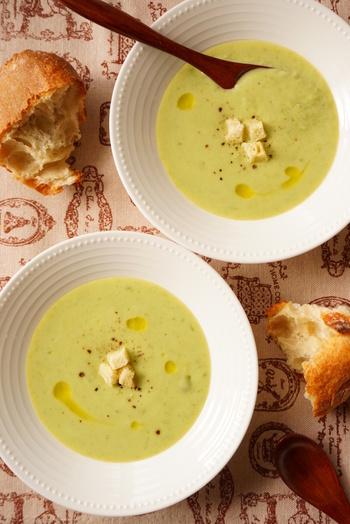 優しい色合いグリーンピースのポタージュは、弱火で煮込むことで甘みが引き出されます。牛乳や生クリームではなく、相性のいい豆乳を加えるのもポイントです。