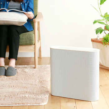 様々な工夫をしているけど、やっぱり室内に入り込んだ花粉が気になるに方は、空気清浄機の活用をおすすめします。空気清浄機の中には、空気中の花粉(花粉片)を除去できるタイプのものもあります。勿論、室内に入り込んだ全ての花粉を取り除くことはできませんが、室内の花粉を減らせる可能性は大いにあります。 また、加湿器には鼻の粘膜を守り、空気中を舞っている花粉を床に落とす働きも…。乾燥しやすい季節は、加湿器を用いた花粉対策を行うと良いかもしれませんね!