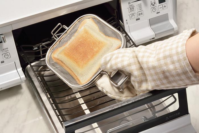 魚焼きグリルって、台所でちょっと脇役のような存在感だけど、火力の強いオーブンのように、短時間で中が高温になるし、一定の温度を保ってくれるので、かなり優秀。外はカリッ、中はふんわり!最高のホットサンドが焼きあがります。