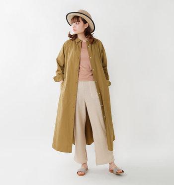 オーバーサイズのシャツワンピースは、ブラウン系のトップスとベージュのワイドパンツを合わせて同系色コーデに。無地のアイテムを上下組み合わせるとシンプルになり過ぎてしまいますが、羽織りを一枚プラスするだけで雰囲気が大きく変わりますね♪